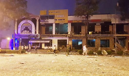 Hiện trường vụ nổ lúc rạng sáng tại nhà hàng trên Quốc lộ 1A.