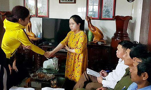 Phụ huynh Nghĩa đã xin lỗi cô giáo thực tập trước sự chứng kiến của chính quyền địa phương và gia đình hai bên.