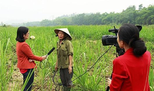 Các nữ phóng viên Đài TH-TH Quỳ Hợp bất ngờ nhận được thông báo chấm dứt hợp đồng.