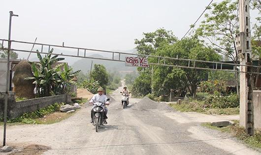 Nhờ PLVN phản ánh, người dân dỡ barie để đầu tư đường mới