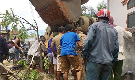 Lực lượng cứu hộ nỗ lực giải cứu nạn nhân ra khỏi xe nhưng không được.