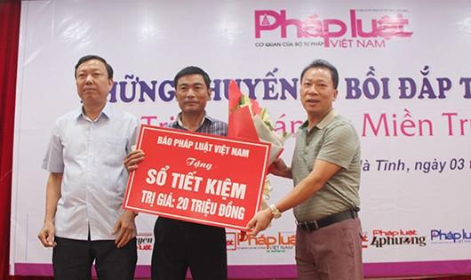TS Đào Văn Hội - Tổng biên tập Báo PLVN và ông Văn Đình Minh - Phó Giám đốc Sở Tư pháp trao sổ tiết kiệm cho cán bộ Tư pháp xã Đức La.