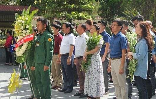 Đoàn công tác Báo PLVN dâng hương dâng hoa tri ân các anh hùng liệt sĩ, TNXP đã ngã xuống tại Ngã ba Đồng Lộc.