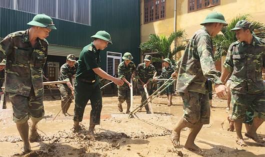 Bộ đội biên phòng Nghệ An giúp dân khắc phục hậu quả do mưa lũ gây ra (ảnh Lê Thạch)