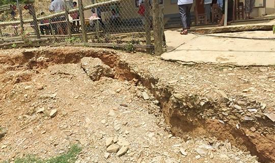 Vết nứt, lún sụt đất xuất hiện dài khoảng 800m khiến người dân hoang mang