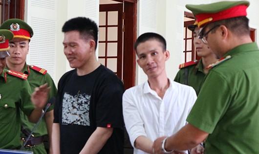 Hai bị cáo cười tươi sau khi nghe bản án HĐXX tuyên án tử hình.