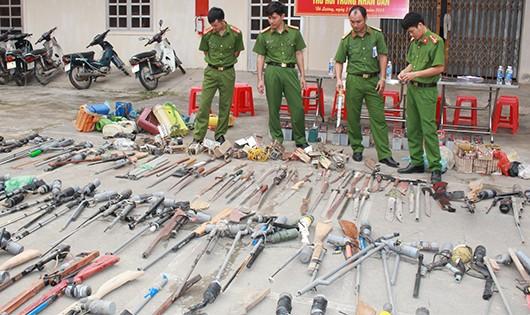 Hàng trăm loại vũ khí, công cụ hỗ trợ được cảnh sát thu giữ trong dân