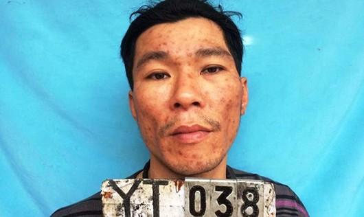 Bắt kẻ ôm lựu đạn và dao cố thủ thách thức cảnh sát tại trụ sở ủy ban xã