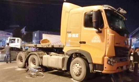 Hiện trường vụ xe tải tông xe máy kẹp 3 khiến 3 người tử vong tại chỗ.