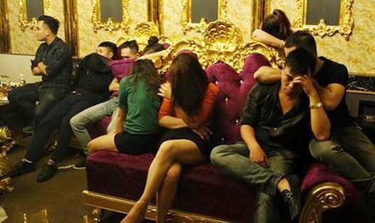 Hiện trường 13 đối tượng bị cảnh sát bắt quả tang khi đang sử dụng ma túy trong phòng hát (ảnh CA cung cấp)