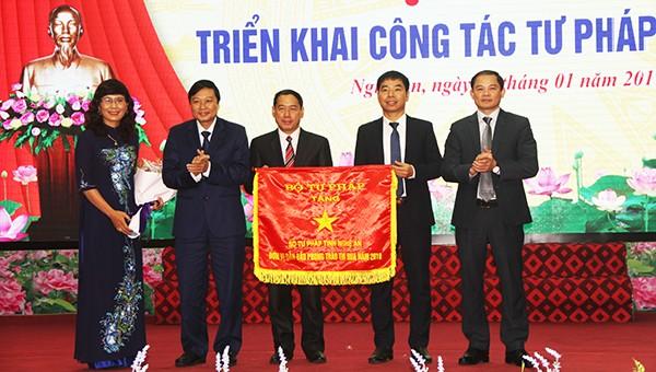 Sở Tư pháp Nghệ An nhận cờ thi đua của Bộ trưởng Bộ tư pháp.