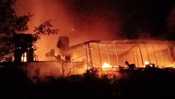 Đám cháy khiến ba ngôi nhà đỏ rực trong đêm tối
