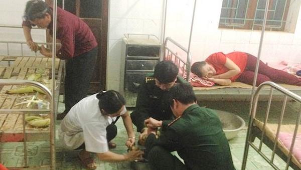 Các chiến sĩ quân y phối hợp với trạm y tế cứu chữa người phụ nữ ăn lá ngón.
