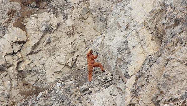 Lao động cheo leo trên mỏ đá tiềm ẩn nhiều nguy cơ mất an toàn.