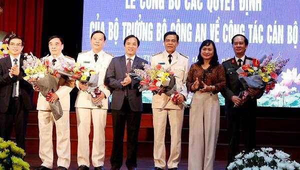 Lãnh đạo các đơn vị tặng hoa chúc mừng tân Giám đốc Công an tỉnh Hà Tĩnh