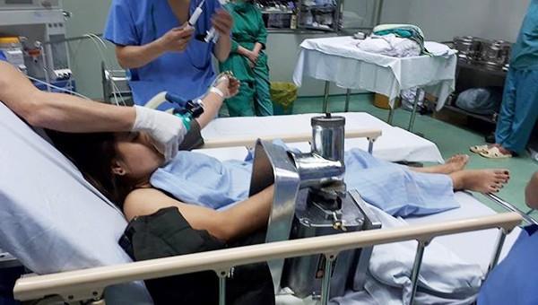 Một phụ nữ mang cả máy xay thịt gắn chặt bàn tay vào bệnh viện cấp cứu