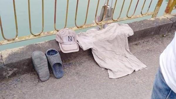 Áo, dép, mũ người đàn ông để lại trên cầu trước khi gieo mình tự tử.