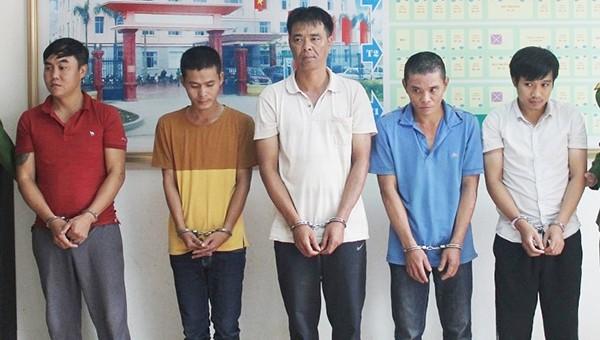 5 đối tượng trốn nã vừa di lý về Nghệ An.