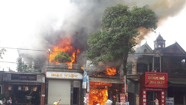 'Bà hỏa' thiêu trụi 3 ngôi nhà, người dân hì hục khuân hàng ra đường