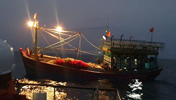 Tàu cá gặp nạn trên biển cùng với 16 thuyền viên nhiều giờ lênh đênh.