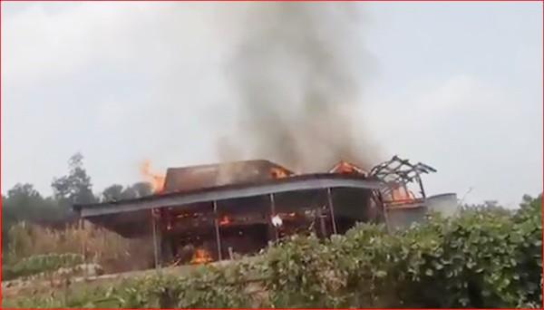 Hiện trường vụ cháy nhà 5 gian (ảnh cắt từ clip)