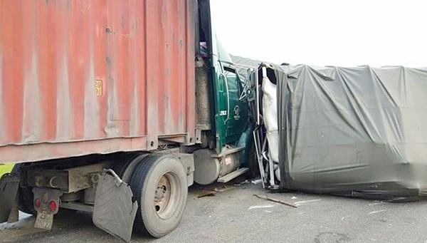 4 ô tô tông liên hoàn, tài xế kẹt trong cabin trên đường tránh TP Vinh