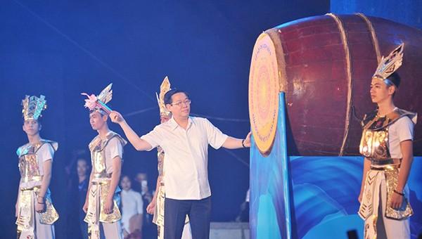 Phó thủ tướng Vương Đình Huệ đánh trống khai mạc Hội du lịch Cửa Lò năm 2019 (ảnh Báo NA)