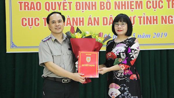 Thứ trưởng Đặng Hoàng Oanh trao quyết định và tặng hoa chúc mừng tân Cục trưởng Cục THADS Nghệ An
