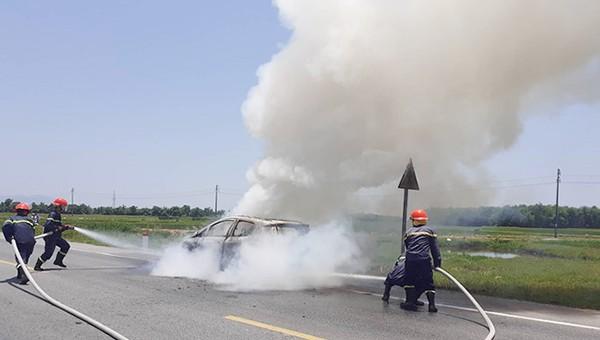 Lực lượng cứu hộ dập tắt ngọn lửa, chiếc xe bị thiêu trụi.