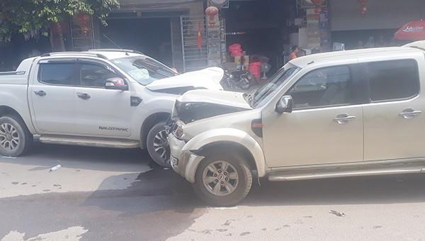 Hiện trường hai chiếc xe đấu đầu nhau trên đường (ảnh người dân cung cấp)