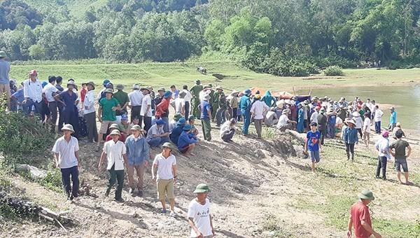 Chính quyền và người dân tìm thấy thi thể 5 em học sinh đuối nước dưới đập.