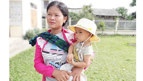 Chị Lương Thị Xôm cùng con đến làm thủ tục nhập quốc tịch