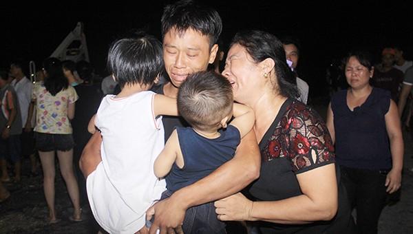Thuyền viên Đinh Trọng Hậu bên người thân với những giọt nước mắt tủi mừng.