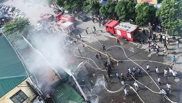 Đám cháy chợ Hưng Dũng khiến giao thông hỗn loạn