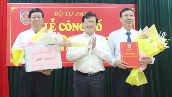 Tổng cục trưởng Tổng cục THADS Mai Lương Khôi trao các quyết định và tặng hoa cho ông Văn Đình Minh (ngoài cùng bên phải) và ông Nguyễn Văn Cường (ngoài cùng bên trái)
