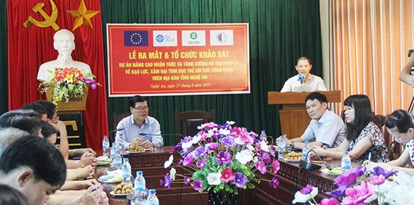 Ông Phạm Thành Chung , Phó Giám đốc Sở Tư pháp Nghệ An trình bày một số thực trạng về bạo lực, xâm hại tình dục trẻ em trên địa bàn.