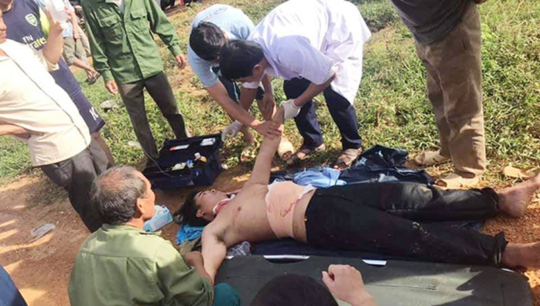 Cán bộ trạm y tế tiến hành sơ cứu nạn nhân tại chỗ rồi chuyển lên bệnh viện cấp cứu.