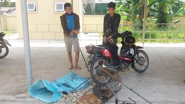 """Hai cẩu tặc bị bắt khi đang chuẩn bị """"hành nghề""""."""