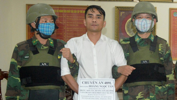 Bộ đội phục bắt kẻ ôm súng mang 6 bánh heroin vào Việt Nam