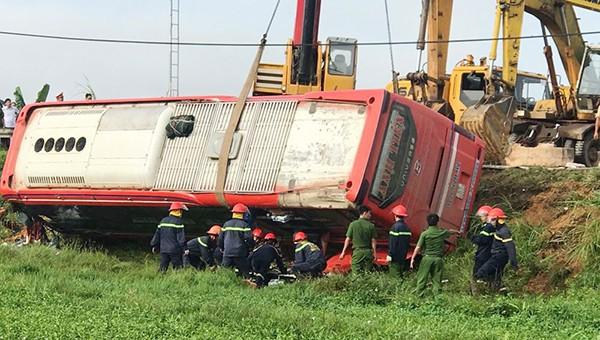 Lật xe chở khách qua Lào 1 người chết 20 người bị thương lúc rạng sáng
