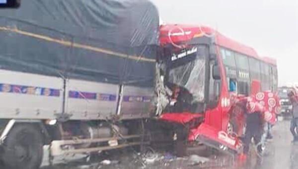 Hiện trường vụ tai nạn giữa xe tải và xe khách khiến 1 người chết, nhiều người bị thương