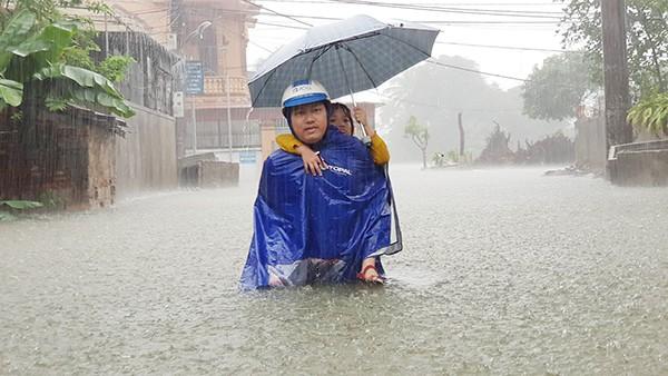 Mưa ngập lụt trên diện rộng các tuyến đường thành phố Vinh