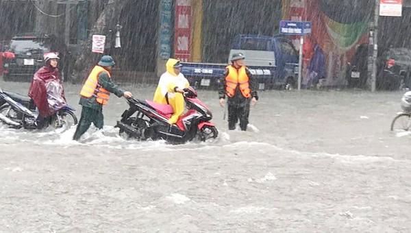 Mưa lớn khiến nhiều tuyến đường bị ngập sâu