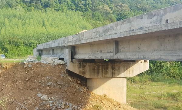 Cây cầu được ứng 80% giá trị nhưng 10 năm vẫn chưa thể sử dụng.