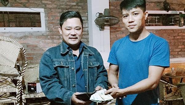 'Đá' phải cục tiền 45 triệu đồng, nam thanh niên tìm người đánh rơi trả lại