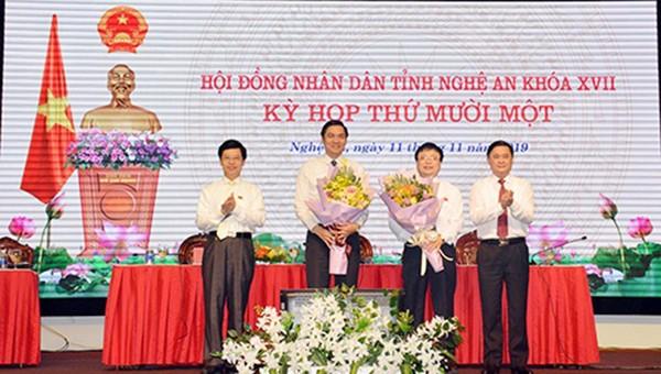 Chủ tịch HĐND tỉnh Nguyễn Xuân Sơn và Chủ tịch UBND tỉnh Thái Thanh Quý tặng hoa chúc mừng ông Hoàng Nghĩa Hiếu và ông Bùi Đình Long