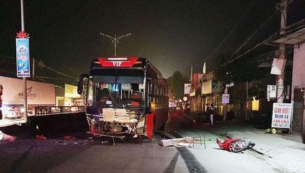 """Xe giường nằm tông xe máy """"kẹp ba"""", một người chết, hai người bị thương"""