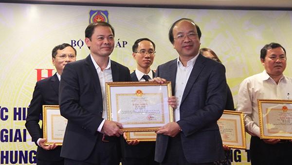 Thứ trưởng Phan Chí Hiếu tặng bằng khen của Bộ trưởng Bộ Tư pháp cho tập thể Sở Tư pháp Nghệ An.