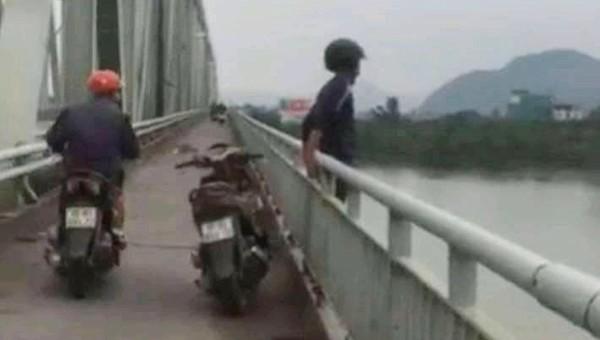 Nam thanh niên đứng trên lan can cầu rồi buông tay nhảy xuống sông Lam tự tử
