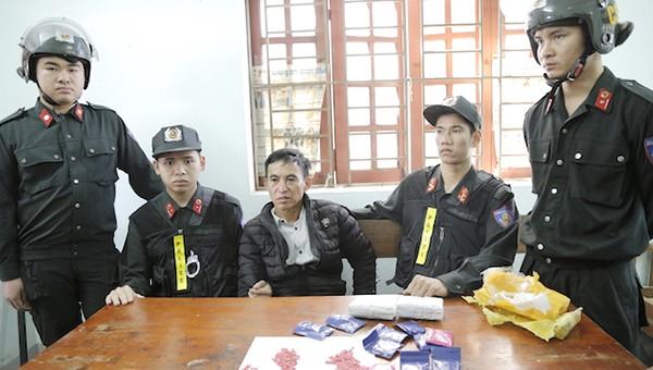 Bắt quả tang người đàn ông mang 6.000 viên hồng phiến sang Hà Tĩnh bán